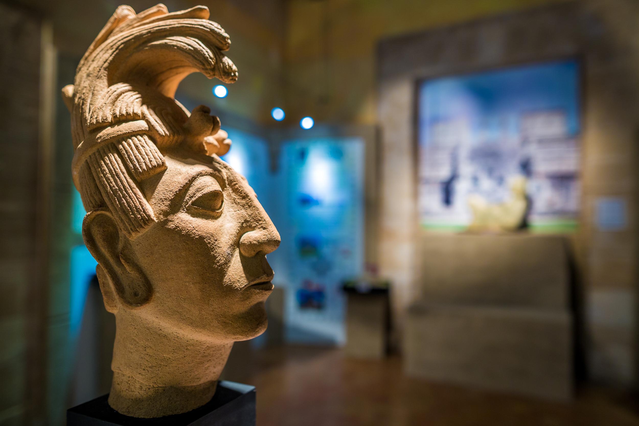 Busto del Rey Pakal de Palenque, reproducido por el joven escultor Franco Melián